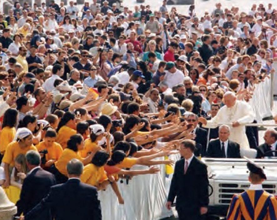 Jóvenes del Regnum Christi saludando a san Juan Pablo II